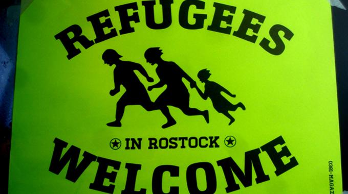 Foto_Plakat_refugeeswelcomeinrostock